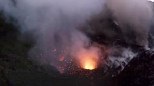 Un dron filma la espectacular erupción de un volcán